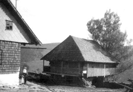 Roubený špýchárek s pavlačí v Zadních Paštích na snímku ze třicátých let 20. století
