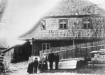 Tady zachytil on sám roku 1900 šumavský dvorec zv. Balthashof v rodných Stodůlkách ve veškeré jeho dřevěné kráse (viz i Marie Franková a Josef Haas)
