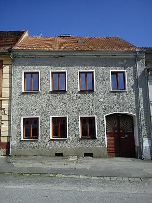 Renovovaný dům čp. 5 s letopočtem 1809 ve štítě a čp. 42 v roce 2011