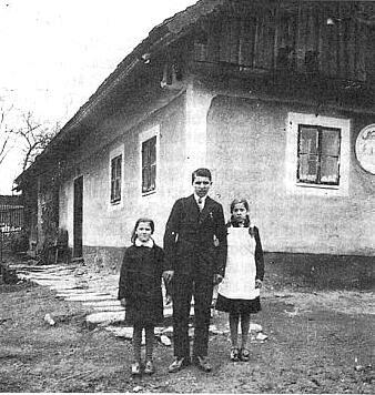 Před rodným domem čp. 8 v Uhlišti