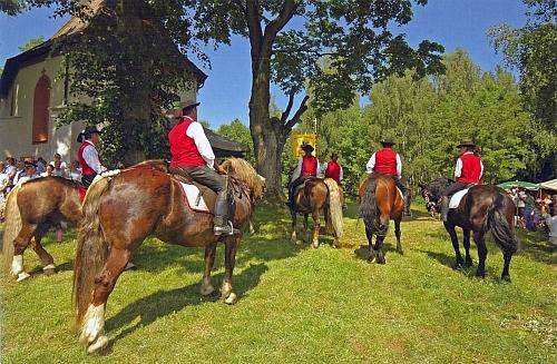 Rodné Uhliště obnovilo každoroční červnovou tradici jízdy sv. Linharta, patrona koní