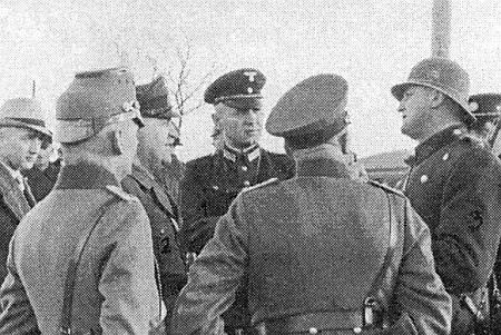 Na snímku z listopadu roku 1938 je zachycen Wolfgang Zierhut starší už jako aktivista Sudetoněmecké strany (vstoupil pak do NSDAP) při záboru Petrovic nad Úhlavou za jednání s československým policistou
