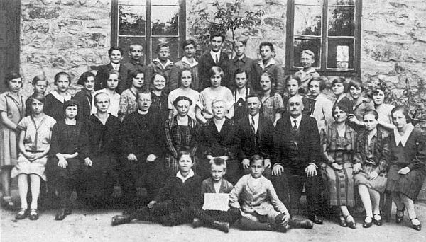 Na tomto snímku z roku 1927 sedí mezi členy učitelského sboru prachatické měšťanky v prvé řadě čtvrtý zprava (viz i Willy Fritsch)