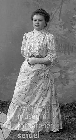 Jeho budoucí manželka Justine, roz. Schichlová, na snímku fotoateliéru Seidel z roku 1908