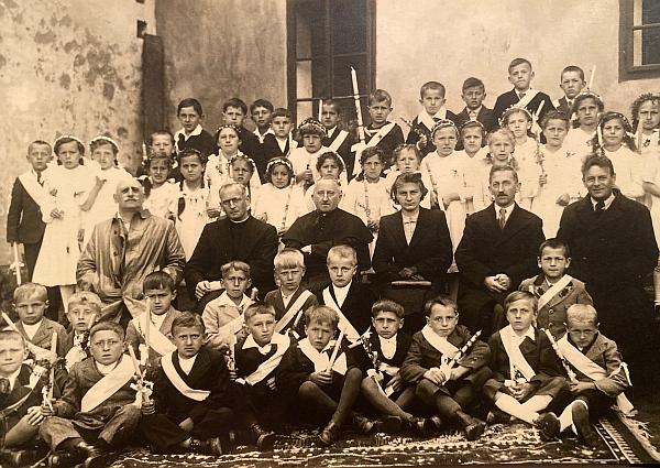Sedí vlevo při svatém přijímání v Libínském Sedle