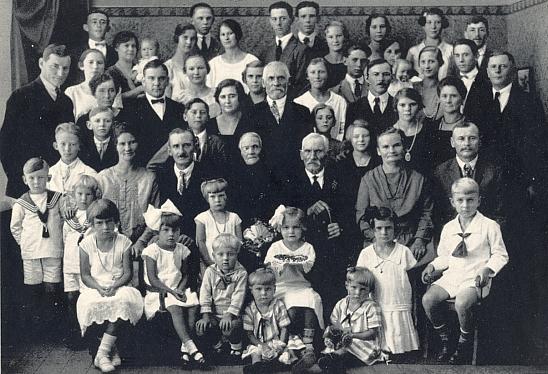 V roce 1927 se jeho otec Josef nechal takto vyfotografovat u příležitosti své zlaté svatby se všemi příbuznými a potomky