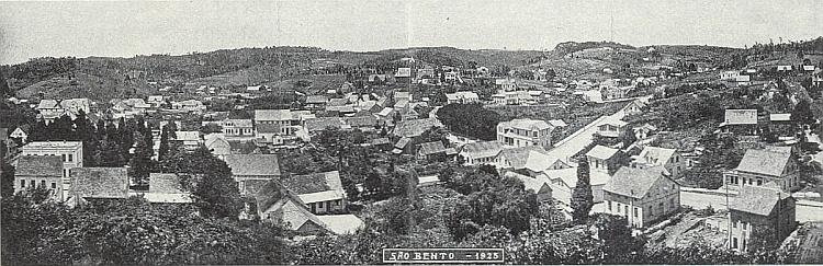 """Zippererovo rodné Sao Bento někdy kolem roku 1925, vlevo dole na snímku hostinec s tanečním sálem, který patřil Josefu Zippererovi, řečenému """"Urwaldpionier"""", rodem z Fleků, farnost Červené Dřevo"""