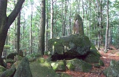 """... a podivná skupina kamenů v lese poblíž kaple sv. Bernarda, zvané také """"Medvědí"""""""