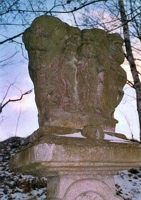 Boží muka s motivem Svaté Rodiny veStudánce, kde žil i jejich tvůrce, věhlasný kameník Georg Böhm