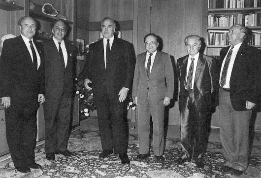 Na snímku z jednání se spolkovým kancléřem Kohlem v květnu roku 1988 je zachycen stojící druhý zprava