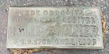 Hrob na hřbitově u sv. Mikuláše v Plzni s chybně uvedeným datem narození