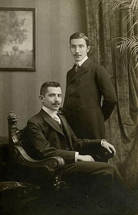 S bratrem Alfredem (vlevo) ve Vídni kolem roku 1900